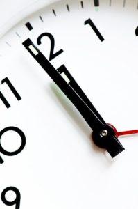 clock 1318131 640 199x300 - Zustellung der Anklageschrift